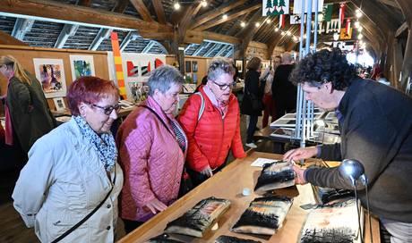 Kunstmarkt auf der Alten Holzbrücke: Ein Künstler nimmt den Brand in seinen Werken auf