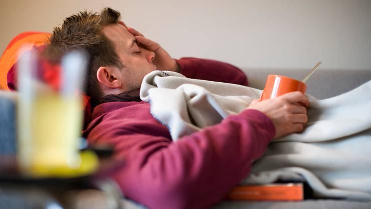 Grippe oder doch Corona? Kopfschmerzen können bei beiden Krankheiten auftreten.