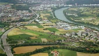 Neuer Gesundheitscluster in Pratteln: Im Gebiet Salina Raurica käme das neue Spital zu stehen, im spitzen Dreieck zwischen der Autobahn A2 auf der Höhe des gelben «Fressbalkens», dem darunter liegenden Bahntrassee und der Strasse.