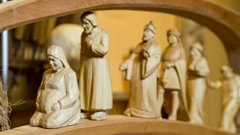 Holzbildhauer Christoph Suter enthüllt das dritte Adventsfenster in Hendschiken