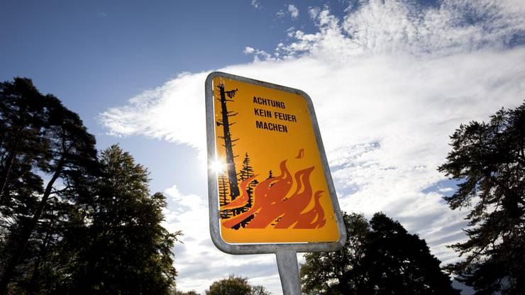 Bei starkem Wind (allgemein, aber auch vor und während Gewittern) darf wegen des gefährlichen Funkenflugs kein Feuer im Freien entfacht werden. Dies gilt auch für Grills, die zu Funkenflug führen können.