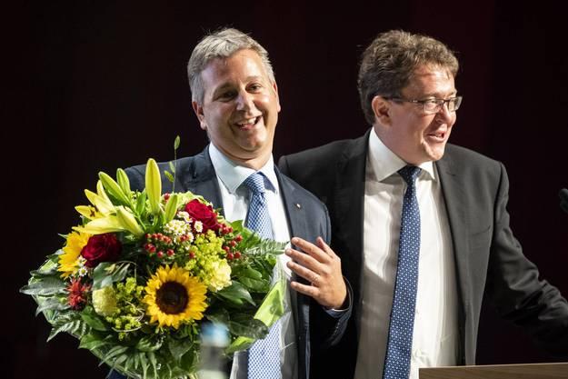 Marco Chiesa bei seiner Wahl an der Delegiertenversammlung in Brugg mit Ex-Präsident Albert Rösti.