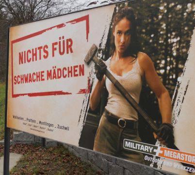 Der Military Megastore in Pratteln wirbt mit Frau und Hammer. Foto: MB