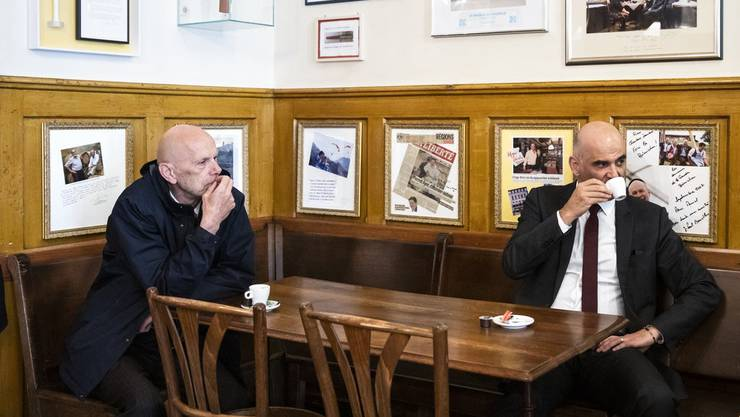 Bundesrat Alain Berset (rechts) lässt sich beim Kaffeetrinken  fotografieren, zusammen mit dem Covid-19-Delegierten Daniel Koch (links).