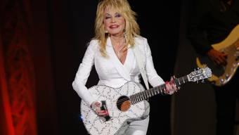 Für die Schönheit tut sie alles: US-Sängerin Dolly Parton dekoriert lästige Narben mit Schmetterlings-Tattoos.