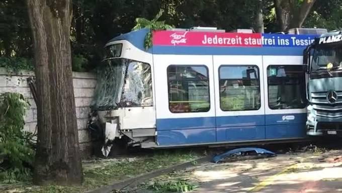LKW kollidiert mit Tram