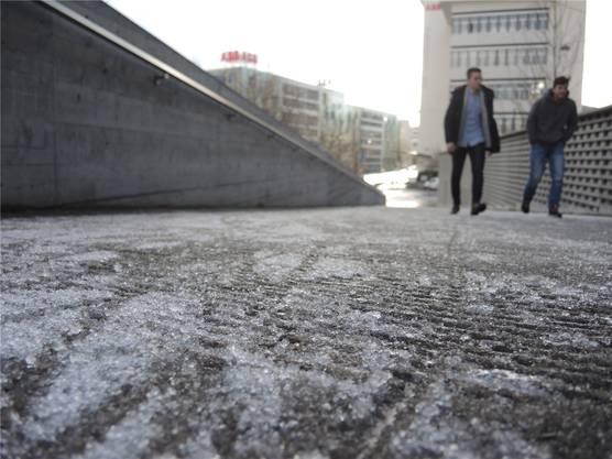 Fussgänger müssen bei Glatteis besonders vorsichtig sein: Nicht alle Wege werden sofort gesalzen – wie dieser hier vor dem Gebäude der Berufsbildung Baden.