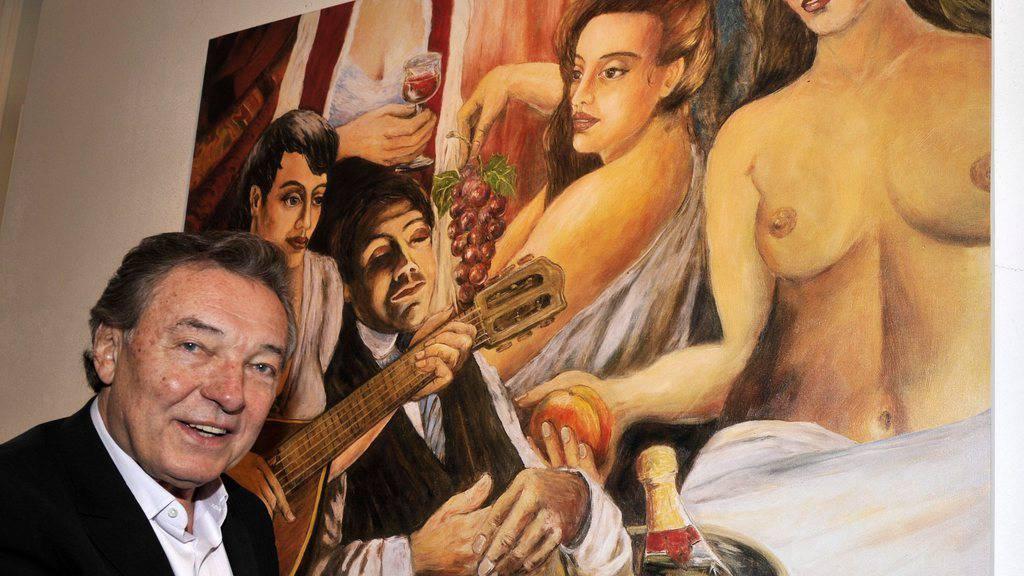 Der tschechische Schlagersänger und Hobbymaler Karel Gott - hier vor einem seiner Gemälde - hat seiner Frau zum 40sten ein selbstgemaltes Bild geschenkt (Archiv).