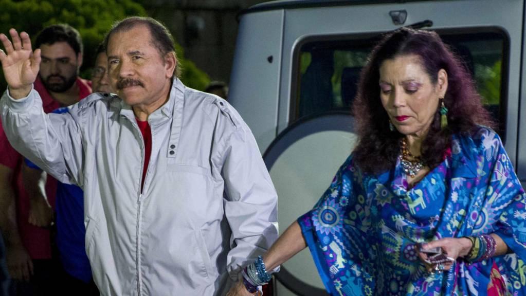 ARCHIV - Daniel Ortega, Präsident von Nicaragua, und seine Frau Rosario Murillo kommen zu einer Pressekonferenz. Fünf Monate vor der Präsidentenwahl in Nicaragua sind gegen zwei weitere Oppositionspolitiker 90 Tage Untersuchungshaft angeordnet worden. Foto: Jorge Torres/EFE/dpa