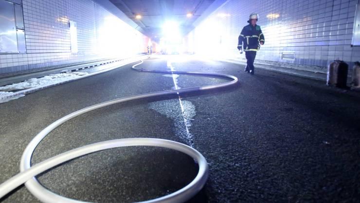 Ein Feuerwehrschlauch liegt in der ersten Röhre im Elbtunnel. Am Donnerstagabend ist bei Wartungsarbeiten im Elbtunnel ein Baufahrzeug mit Bitumen und Gasflaschen in Brand geraten.