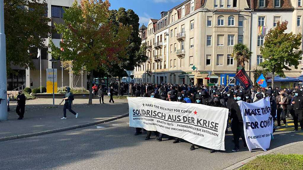 Die Gegendemonstrantinnen und Gegendemonstranten wollen «solidarisch aus der Krise».