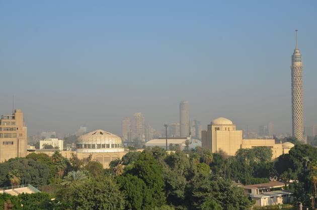 Im Hintergrund Teile der 25-Millionen-Metropole Kairo.