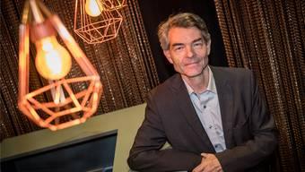 Radiojournalist und Regi-Leiter Dieter Kohler an der Bar der Kaserne Basel.
