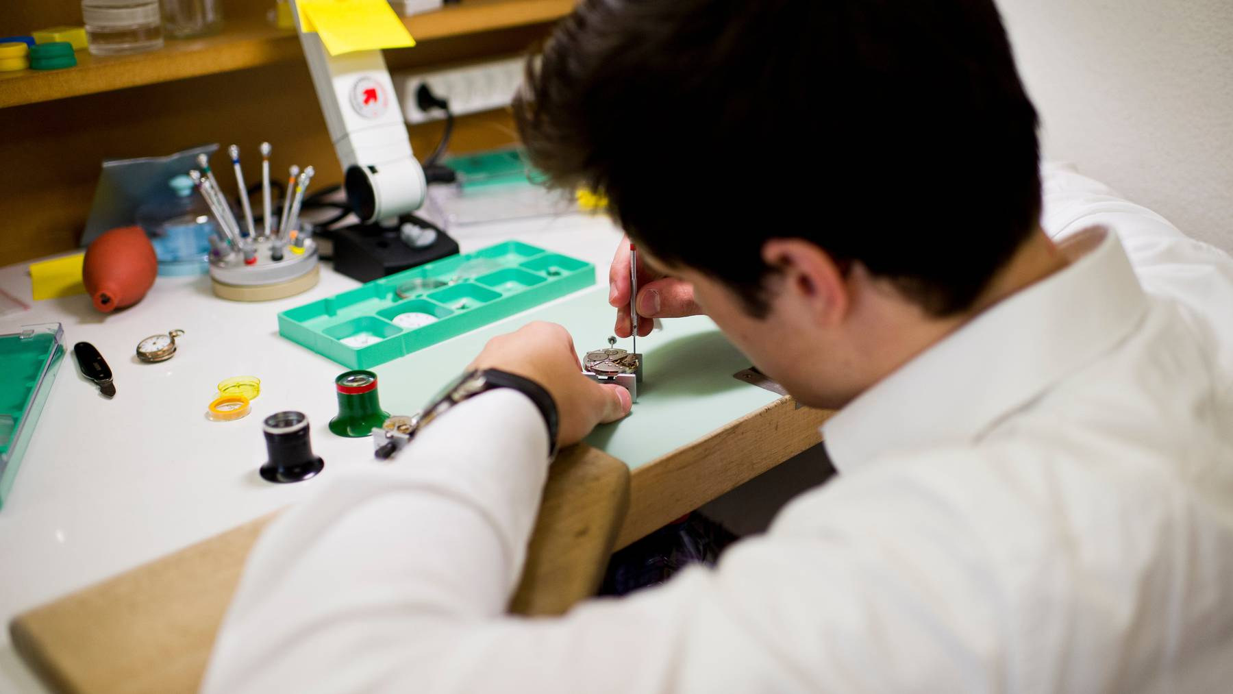 Viele Lehrstellen sind durch die Coronakrise gefährdet. Im Bild ein angehender Uhrmacher.