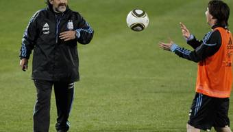 Argentiniens Nationalcoach Diego Armando Maradona mit seinem Starspieler Lionel Messi