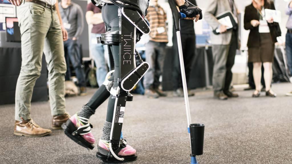 Biotechnologie - wie hier ein Exoskelett Schweizer Bauart - könnte für militärische Zwecke missbraucht werden, um gleichsam «Super-Soldaten» aufzurüsten. Ein Experte fordert deshalb eine Kontrollinstanz. (Symbolbild)
