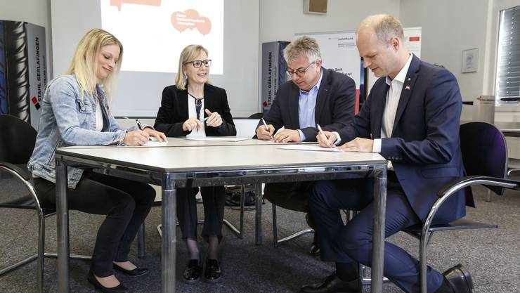 Marlies Murbach, Regierungsrätin Brigit Wyss, Andreas Gasche und Daniel Probst (v.l.) unterzeichnen die Absichtserklärung zur gemeinsamen Förderung der Vereinbarkeit von Beruf und Familie.