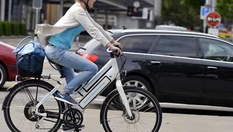 E-Bikes erfreuen sich in der Schweiz grosser Beliebtheit. Wer aber über ein schnelles E-Bike verfügt und damit auf ausländlichen Strassen herumfahren will, muss die strengeren Vorschriften in den Nachbarländern beachten. So ist ein Motorradhelm Pflicht. (Archivbild)