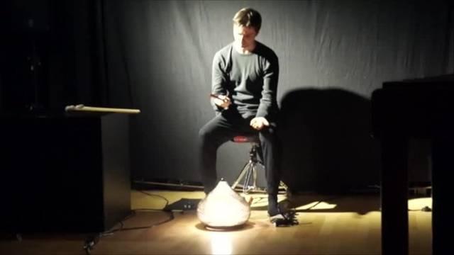"""""""Visual Percussion"""": Luca Borioli spielt das Stueck Bad Touch von Casey Cangelosy - Es ist eine Performance mit Playback. Am Ende werden alle Sternenbilder mit Taschenlampe angezeigt."""