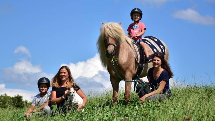 Julia De Maddalena (rechts) und Serena Müller (links) bringen mit Pferd Stjarni den Kindern die Natur näher.