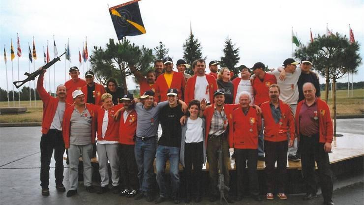 Die Schützengesellschaft im Jahr 2002 anlässlich ihrer 100-Jahr-Feier.