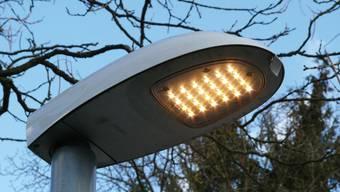 Pilotversuch: Beim Friedhof Brunnenwiese (Foto), beim Schulhaus Margeläcker und auf dem Tägi-Parkplatz testet das EWW moderne LED-Leuchten. zvg