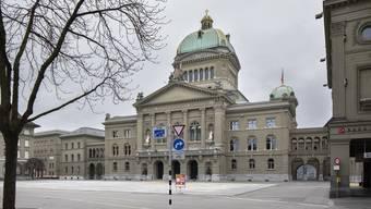 Der völlig verwaiste Bundesplatz zu Corona-Zeiten vor dem Bundeshaus in Bern.