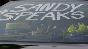 Ein Sandra Bland-Hashtag am Auto von Trauergästen