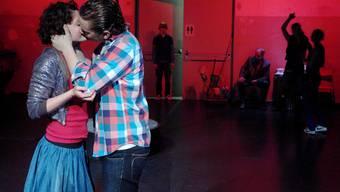 Die Jugendlichen versuchen, mit ihren Sehnsüchten und brausenden Körpersäften klar zu kommen.junges theater basel