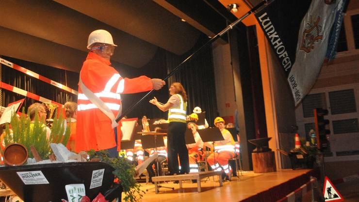 Der Musikverein tauschte Uniform gegen Baustellenkleidung.