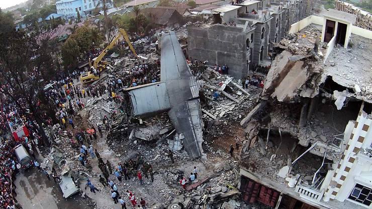 Absturzstelle, wo Trümmer der Transportmaschine im Wohngebiet von Meran liegen. Das Flugzeug war am vergangenen Dienstag abgestürzt.