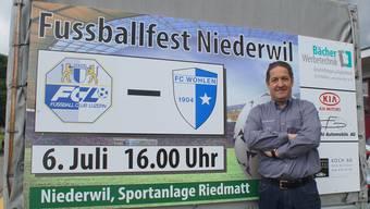 OK-Chef Mario Gratwohl posiert stolz vor einer der kurzfristig angefertigten Werbetafeln. ruedi burkart
