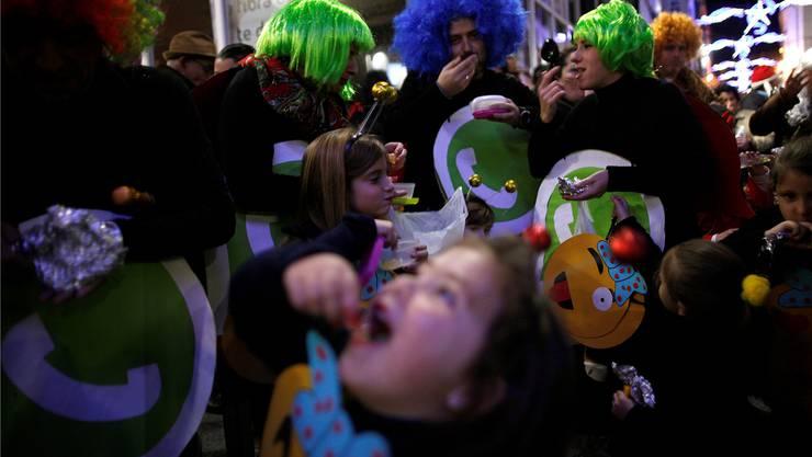 Spanier beginnen das neue Jahr jeweils mit dem Mund voller Trauben, ihre portugiesischen Nachbarn bevorzugen Rosinen. Beides soll Glück bringen. Reuters