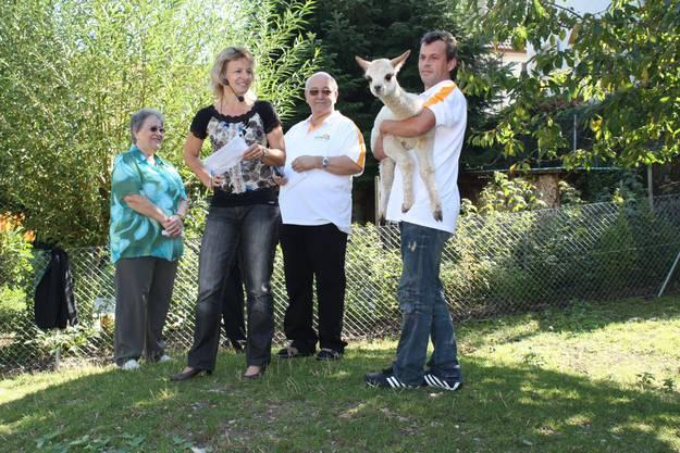 Sie freuen sich über das weisse, vier Wochen alte Alpaka (von links): Rosmarie Oschwald, Antonia Clivio, Urs Keller und Pedro Pereira. Dem kleinen Merlin gefällt die allseitige Aufmerksamkeit. Carolin Frei