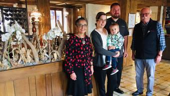 Drei Generationen Wirte-Familie Roth: Fabienne und Flavio Böll-Roth mit Sohn Arthur haben vor drei Jahren den Gasthof «Bad Schwarzenberg» von Rita und Dieter Roth übernommen. Die Eltern hatten das Haus davor knapp 40 Jahre lang geführt.