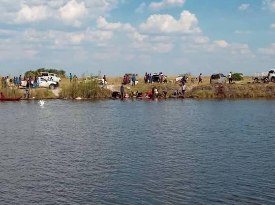 Auf der Flucht trampelten sich die Büffel gegenseitig im Fluss tot oder stürzten die steilen Ufer hinab.