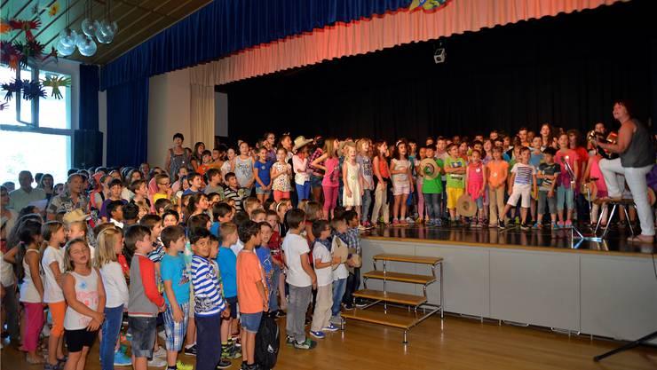 Rund 250 Schülerinnen und Schüler des Schulhauses Zentrum eröffneten ihr Fest mit dem «Zäntrums-Blues».
