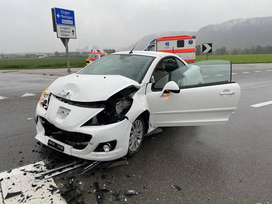 Villigen AG, 30. Oktober: Zwei Fahrzeuge stiessen zusammen. Der Sachschaden beträgt zirka 40'000 Franken. Ein 20-jähriger Kosovare und eine 47-jährige Schweizerin wurden zur Kontrolle ins Spital geführt. Der junge Mann dürfte den Vortritt missachtet haben.