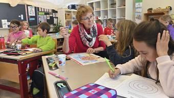 Immer mehr Senioren helfen im Klassenzimmer aus.