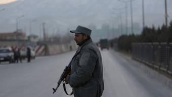Afghanische Sicherheitskräfte versuchen, den Anschlagsort in der Nähe des Parlaments in Kabul abzuriegeln.