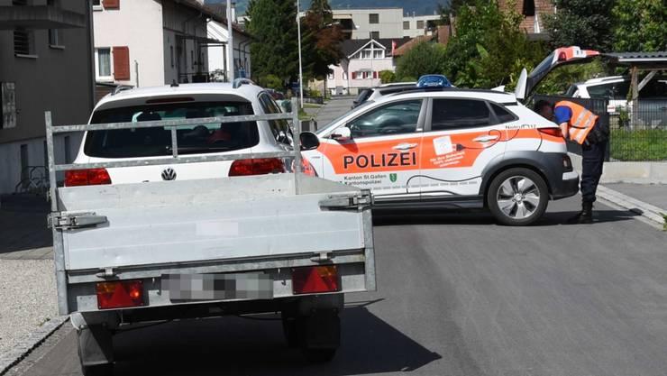 Ein vierjähriges Kind wurde in Widnau SG von einem unbeladenen Anhänger überrollt und musste mit unbestimmten Verletzungen ins Spital gebracht werden.