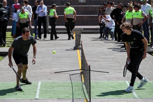 Letzte Station auf der Südamerika-Reise: Roger Federer und Alexander Zverev spielen am Äquator, auf dem Mitad del Mundo (Mitte der Welt) in Ecuador.