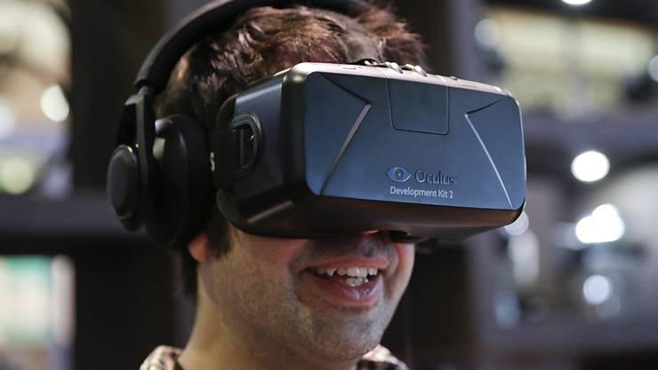 Eine Prise Ferien, bevor es losgeht: Dank VR-Brillen sollen Reisende eine virtuelle Vorstellung ihrer Destination bekommen. (Archiv)