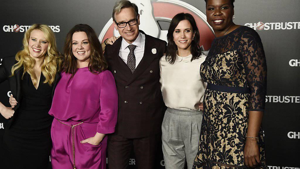 Leslie Jones - hier rechts zusammen mit «Ghostbusters»-Regisseur Paul Feig und einem Teil des Casts - ist zu Twitter zurückgekehrt, nachdem sie viele Fans und Promis nach gemeinen Kommentare getröstet hatten. (Archivbild)