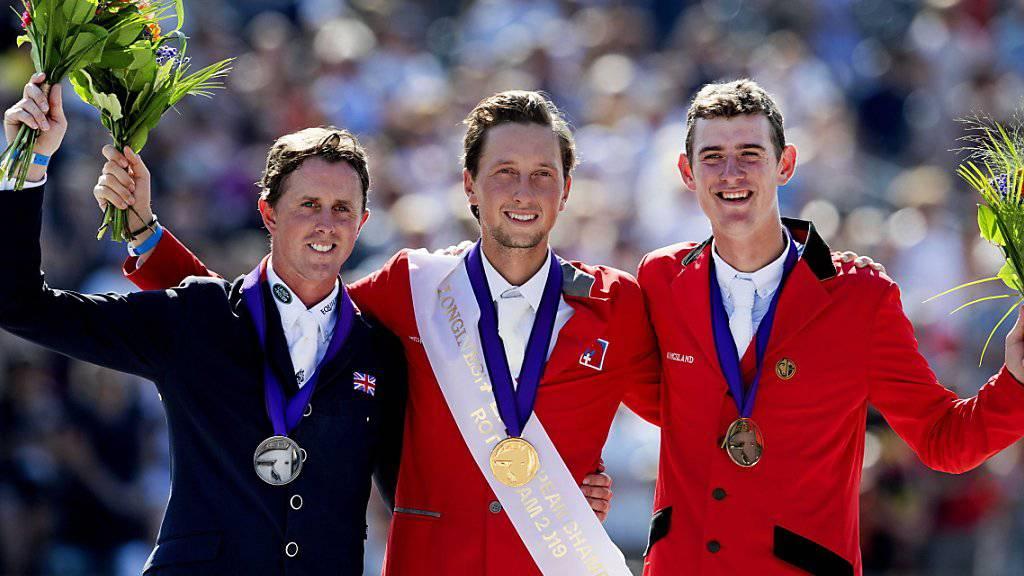 Ben Maher (Silber), Martin Fuchs (Gold)  und Jos Verlooy (Bronze)  posieren auf dem Podest.