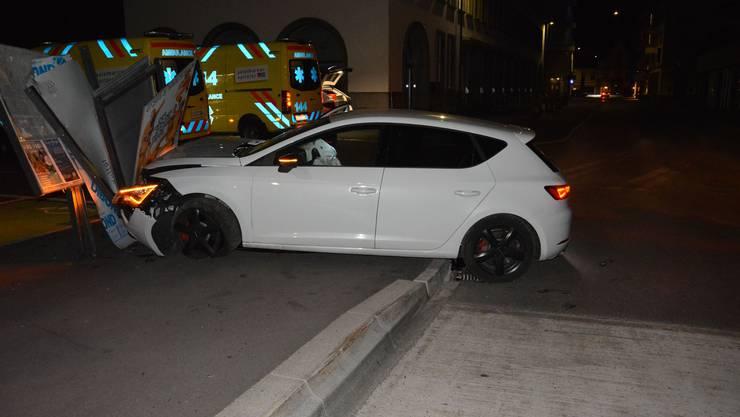 Olten SO, 1. August: Ein alkoholisierter 35-Jähriger verlor in der Nacht auf Donnerstag die Kontrolle über sein Auto und prallte in eine Werbetafel. Der Lenker sowie vier Mitfahrer/innen haben sich beim Unfall Verletzungen zugezogen.