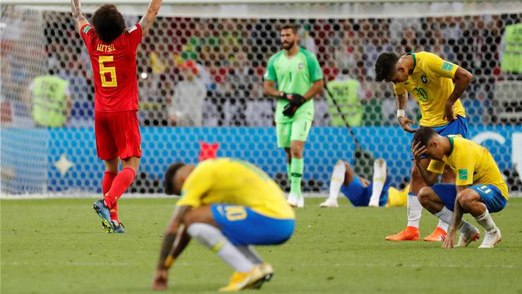Axel Witsel feiert und Superstar Neymar sackt im Vordergrund zu Boden: Belgien hat Brasilien entzaubert.Toru Hanai/Keystone