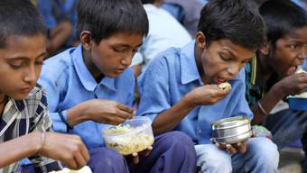 Kinder in Indien erhalten gratis eine Mahlzeit (Archiv)
