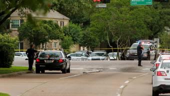Polizisten riegeln den Ort des Schusswechsels in Houston ab.