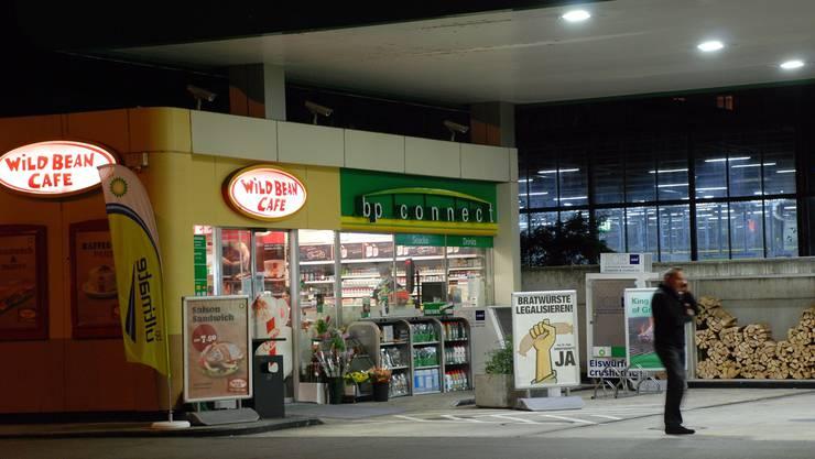 Der BP-Tankstellenshop beim Bahnhof Wiedikon wirbt für eine Lockerung des Arbeitsgesetzes, die ihm den Verkauf auch von 1 bis 5 Uhr erlauben würde. Die viel beschworene Bratwurst kann man auf Zürcher Stadtgebiet aber auch heute schon rund um die Uhr kaufen.